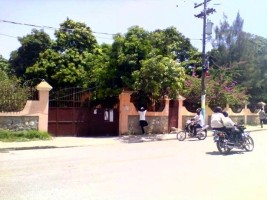 Ha ti social fermeture forc e de la mairie de petit for Hopital canape vert haiti