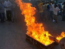 Haiti - Elections: Lavalas protesters burn a coffin front the CEP !