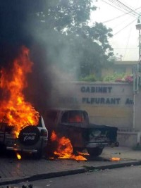 Haiti - Security : Vehicles burned down front to Cabinet Fleurant