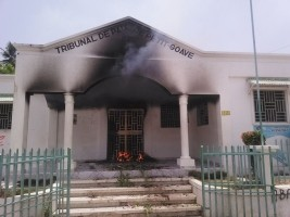 iciHaiti - Petit-Goâve : The population angry sets fire to the Peace Court