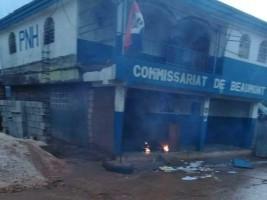 iciHaïti - Beaumont : Une foule en colère attaque et met le feu au commissariat