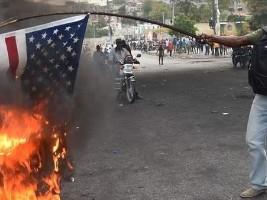 iciHaïti - Social : Des manifestants brûlent le drapeau américain et demandent l'aide de la Russie !