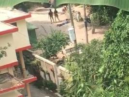 Haiti - FLASH : Police stone a protester