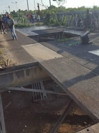 iciHaiti - Crisis : Individuals remove part of the bridge deck of the city of Léogâne