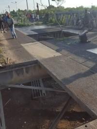 iciHaïti - Crise : Des individus enlèvent une partie du tablier du pont de la ville de Léogâne