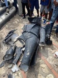 Haïti - FLASH : Un fou détruit une statue de J-J Dessalines, sous les applaudissements