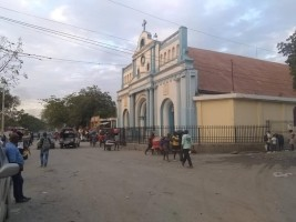 iciHaiti - Croix-des-Bouquets : Fling of merchants in the perimeter of the Rosary Church