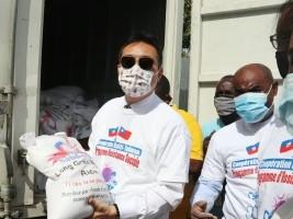 iciHaïti - Social : L'Ambassadeur de Taïwan distribue en personne des kits alimentaires