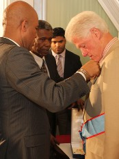 Haiti - Social : Bill Clinton receives the National Order of Honor and Merit to the rank Grand Cross gold plated