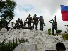 ARISTIDE/MARTELLY COMBAT OVER BATTLE OF VERTIERES AS LAVALAS PEOPLE FROM MARCHE SALOMON AND TABARRE PAINT MONUMENT PINK IN AN EFFORT TO EMBARRASS MARTELLY GOVERNEMENT- AND MARTELLY IS IN SPAIN – PLAYING SOCCER – ON THIS SPECIAL DATE – INSTEAD OF BEING WITH HIS PEOPLE.Added COMMENTARY By Haitian-Truth